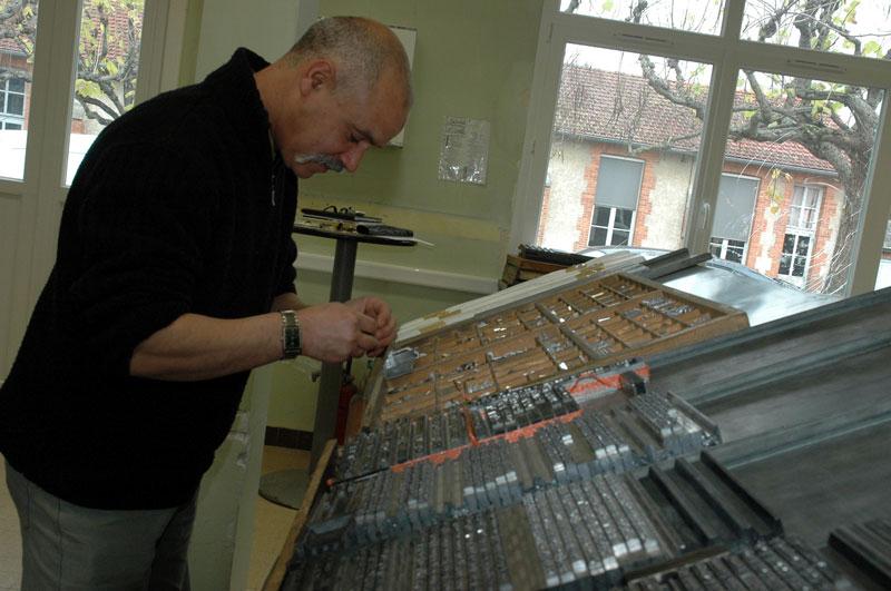 Face à la casse à l'Atelier typographique de Saran